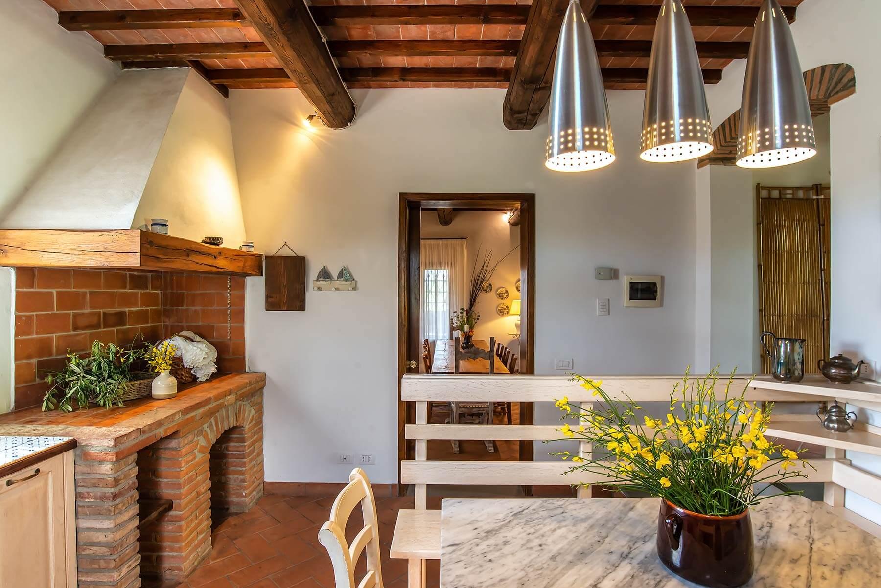 La cucina con caminetto Villa Lionella - Torrino Country Resort
